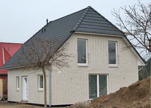 Krüppelwalmdachhaus mit Balkon bauen in Winsen Aller, Celle und Hannover